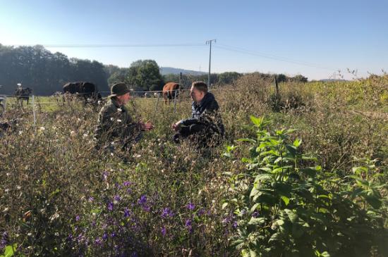Landwirt-mit-Johannes-Ehrnsperger-im-Feld-Artenvielfalt
